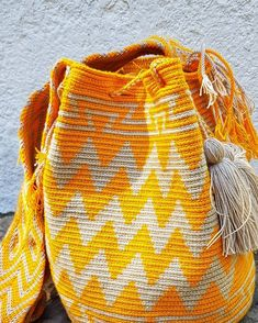Wayuu symbology can be found in the This symbology is called Kanaas. They are simplified and abstract representations of the every day surrounding the Wayuu community. Tapestry Bag, Tapestry Crochet, Crochet Stitches, Knit Crochet, Hard Work And Dedication, Fair Trade Fashion, Crochet Projects, Men Sweater, Knitting