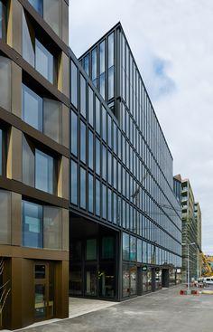 Der gestern eingeweihte und aus vier Häusern bestehende Gebäudekomplex der UBS Bank ist das Resultat der Arbeitsgemeinschaft Max Dudler, Annette Gigon mit Mike Guyer, sowie David Chipperfield.