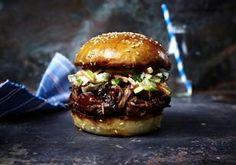 Das Rezept für Burger mit zerzupftem Rindernacken, Barbecuesoße und Apfel-Krautsalat und weitere kostenlose Rezepte auf LECKER.de