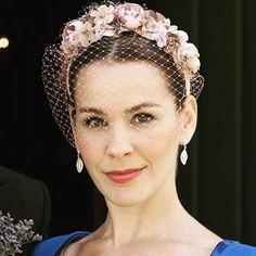 Blanca en la boda de su hermana Inés. #lescocons #tocados #vigo #tocadosvigo #invitadalescocons #diadema #flores #velo #tapafeas #boda #wedding #headpieces #handmade #hechoamano