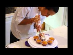 Decorating cupcakes: Rosettes and Brush striping