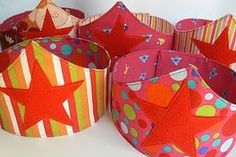 Laura from We Wilsons shares a tutorial at Pretty Prudent showing how to make a child's fabric crown.She also gives 6 free templates to make them in fun crown-y shapes. Superhero Headbands, Superhero Hats, Superhero Classroom, Fabric Crown, Felt Crown, Headband Tutorial, Headband Pattern, Superhero Birthday Party, Birthday Ideas