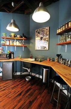 Bellissimo colore delle pareti in contrasto con il legno.