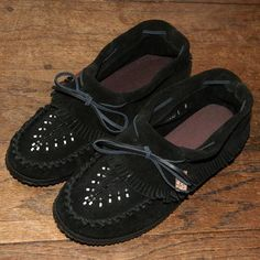 Enjoy comfort & style with authentic Laurentian Chief ladies moccasins handmade by Native Americans with hand-sewn beading for sale at the best price - 161706 Black