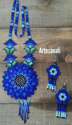 Mexican Beaded Huichol Art Flower Necklace set with Earrings Largo de collar: 18(46cm) ancho de flor: 4(11cm) Largo de aretes: 3.5(9cm) ancho de aretes: 1.5(4cm) Hecho con chaquiras Beaded Flowers Patterns, Bead Loom Patterns, Beaded Jewelry Patterns, Beading Patterns, Seed Bead Jewelry, Bead Jewellery, Fashion Jewelry Necklaces, Native American Beadwork, Beads And Wire