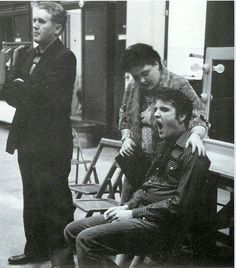 Elvis on movie set yawning. There is mama, Gladys, watching over her son. Elvis Und Priscilla, King Elvis Presley, Elvis Presley Family, Elvis Presley Photos, Priscilla Presley, Family Photo Album, Family Photos, Lund, Rock And Roll