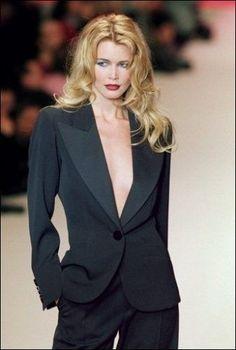 Yves Saint Laurent, Claudia Schiffer in smoking nella sfilata p-à-p a/i 1996 Fashion History, 90s Fashion, High Fashion, Fashion Show, Fashion Tips, Latex Fashion, Claudia Schiffer, Vintage Ysl, Mode Vintage