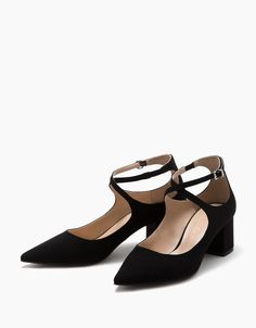 Zapato tacón medio punta fina con pulsera. Descubre ésta y muchas otras prendas en Bershka con nuevos productos cada semana