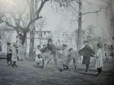 Jardines del Cristina, finales del siglo XIX,Un grupo de chiquillos, juegan a saltar a piola.Hoy en día, los niños no salen a la calle a jugar a los juegos tradicionales.Atrás quedo jugar a piola, la lima, la billarda, para los chicos; y para las niñas el teje y el elástico.¿Recuerdan ustedes aquellos juegos y como se jugaba a ellos?...