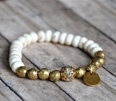 NUEVA artesanal blanco y pulsera de bolas de latón por BeadRustic