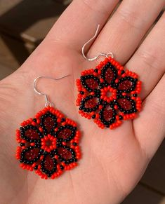 Black and red beaded floral earrings. Native Beading Patterns, Seed Bead Patterns, Beaded Jewelry Patterns, Seed Bead Earrings, Beaded Earrings, Seed Beads, Beard Jewelry, Bead Loom Designs, Beaded Animals