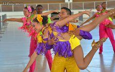 energía y color durante los ensayos del Salsódromo de la Feria de Cali    Los preparativos del Salsódromo de la Feria de Cali 2012 avanzan con los ensayos simultáneos de hasta 520 bailarines de diferentes escuelas de salsa. Vea las imágenes del backstage del desfile inaugural de la Feria.    Créditos: Fotos: Brahian Domínguez | El País