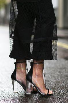 Eu não me recordo se transparência em calçado já foi moda em algum momento, pode ser que provavelmente no começo dos anos 2000 tenha saído algo do gênero como tênis e alguns tipos de sandália, mas …