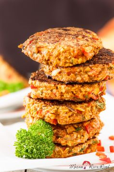 Oat patties - the happy vegetarian meatball - madam beet & the country kitchen - Did you know that oats contain twice as much iron as meat? And combined with vitamin C, which is e. Salmon Recipes, Veggie Recipes, Diet Recipes, Easy Homemade Burgers, Vitamin C Foods, Iron Vitamin, Vegetarian Meatballs, Diet Meal Plans, Healthy Dinner Recipes