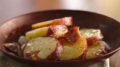 Make a potato salad that can be served hot or cold. Its signature ingredients are bacon, vinegar and a pinch of sugar.