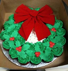 Christmas cupcake wreath of holly~ Cupcake pull apart wreath... A popular holiday treat