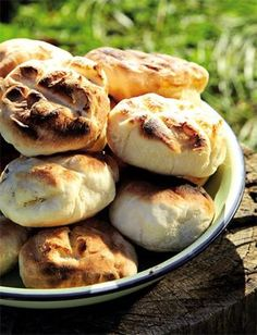 Wat is nou beter as roosterkoek langs die kampvuur? South African Dishes, South African Recipes, Braai Recipes, Cooking Recipes, Picnic Recipes, Meat Recipes, Kos, Bread Shop, Savoury Baking