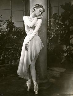 Moira Shearer, - Moira Shearer was the ballet dancer from the 1948 film The Red Shoes - beautiful Ballet Photos, Dance Photos, Dance Images, Shall We Dance, Just Dance, Ballet Vintage, Dance Like No One Is Watching, Ballet Photography, Ballet Beautiful