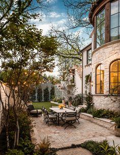 Schwimmteich In Einem Romantischen Garten - Gartendesign ... Gestaltungsideen Essbereich Im Freien