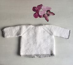 This tricot jersey is a very simple task for those who want to start with fine wool for baby,it's simple and easy, all you need is to have a little patience Baby Knitting Patterns, Knitting For Kids, Baby Patterns, Diy Crafts Knitting, Loom Knitting, Baby Pullover, Baby Cardigan, Baby Barn, Knitted Baby Clothes