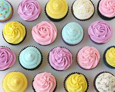 How to Frost Cupcakes - fromGlorious Treats. Tips on Different cupcake frosting techniques, links for recipes for both cupcakes and frosting. Cupcake Frosting, Buttercream Frosting, Cupcake Cookies, Cupcake Cupcake, Cupcake Liners, Frost Cupcakes, Pastel Cupcakes, Pretty Cupcakes, Beautiful Cupcakes