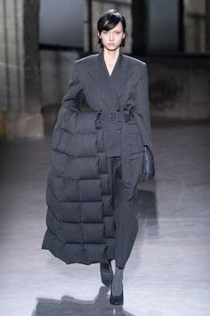 Dries Van Noten Fall 2019 Ready-to-Wear Collection - Vogue - Paris Fashion Week Fashion Week Paris, Women's Runway Fashion, New Fashion Trends, Womens Fashion, Vogue Fashion, Vogue Paris, Dress Over Pants, Dries Van Noten, Fashion Show Collection