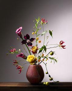 Ze zijn onderdeel van ons nationale geheugen, de Nederlandse bloemstillevens uit de Gouden Eeuw. Minutieus geënsceneerd, waarbij geen bloemblad of veegje stuifmeel toeval is. Geïnspireerd geraakt vertalen Chinnoe | Vlemmix deze iconische beelden naar het nu. Wat bleef is de uitgekiende manier van schikken en de subtiele val van het licht. Ze proberen de perfecte..