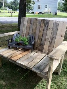 Sweet pallet bench. Ignore the mini chairs on top the bench (how am I supposed to sit on the bench if there is a chair sitting on it?) Used Pallets, Recycled Pallets, Diy Wood Projects, Woodworking Projects, Wood Crafts, Pallet Furniture, Outdoor Furniture, Home Decor Items, Unique Home Decor