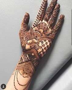 Gorgeous Indian mehndi designs for hands this wedding season Palm Henna Designs, Indian Henna Designs, Mehndi Designs For Girls, Mehndi Designs 2018, Mehndi Designs For Beginners, Dulhan Mehndi Designs, Mehndi Designs For Fingers, Wedding Mehndi Designs, Unique Mehndi Designs