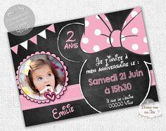 """☆☆ Invitation Anniversaire """"Minnie Ardoise"""" ☆☆ Création de cartons d'invitation d'anniversaire pour enfant, thème minnie imitation ardoise - Possibilité d'un envoi d'un PDF pour une impression par vous-même ou impression par nos soins avec prix dégressifs selon la quantité - Format : 10 x 14 cm. Plus de détails sur le site. #anniversaire #minnie #invitation Girl Cakes, 3rd Birthday, Mousse, Invitations, 1 An, Party, Impression, Wedding, Chelsea"""