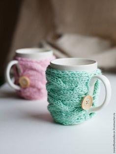 Кружки и чашки ручной работы. Ярмарка Мастеров - ручная работа Кружка с вязаным чехлом (мятная, розовая). Handmade.