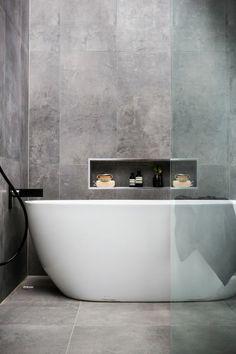 Modernes Badezimmer Mit Freistehender Badewanne In Einem Design Apartment  In Den Kitzbüehler Alpen. Die Weiße Wanne Passt Perfekt In Dau2026
