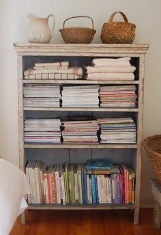 estante cozinha put baby blankets on vintage shelving for shop. Decor, Home Organization, Shelves, Bookshelf Styling, Bookshelves, Parade Of Homes, Shelf Decor, Vintage Shelving, Craft Room