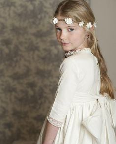 Bellísima colección de vestidos de comunión para niñas de la firma http://www.teresaleticia.com/