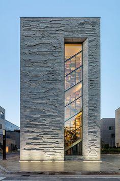 architecture - daewha kang design completes rainbow publishing headquarters in korea Stone Facade, Brick Facade, Facade House, House Facades, Design Exterior, Facade Design, Architecture Cool, Landscape Architecture, Minimalist Architecture