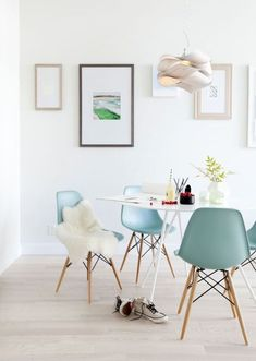Chaise Eames, bleu tendre, avec peau de bête , style scandinave. chaise-design-on-adore-eames-turquoise-mademoiselle-claudine