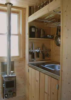 kinda dig this tiny kitchen idea for my camper More I received a note from a reader last week after my post on mobile dwelling designer Christopher Deam reminding me of Tumbleweed, the Tiny House Company, founded by Jay Shafer, who builds and sells … Tiny House Company, Tiny House Cabin, Tiny House Living, Tiny House Plans, Tiny House On Wheels, House 2, Ideas Cabaña, Nice Ideas, Tumbleweed Tiny Homes