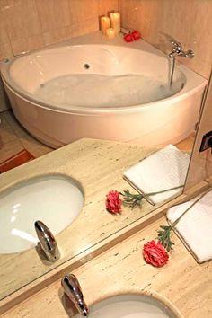 Jacuzzi      Habitacion Doble superior Encuentra en la habitación doble superior de nuestro hostal en Alcoy todas las comodidades para un fin de semana perfecto. La habitación cuenta con una cama de matrimonio y jacuzzi hidromasaje, además de todas las ventajas añadidas de nuestro hostal. Habitación con jacuzzi en Alcoy.