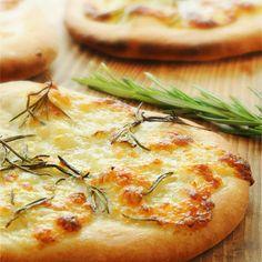 Die Mozzarella-Focaccia brauchen zwar ein bisschen Zeit, sind aber auf jeder Sommerparty ein gern gesehener Gast.