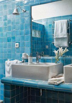 Três casas de banho em azul
