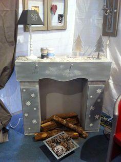 Stéphanie DAMON a réalisé une cheminée en carton en vue de la foire aux hobbies. il ne me restait plus qu'à la peindre. Pour cela, effet bois sur les cotes et le plateau avec la technique du brossé en 5 couleurs, devant de cheminée réalisé avec pochoir...