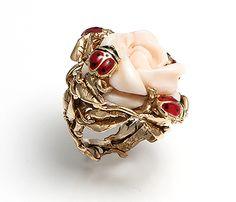 """Capotosti Design Dalla collezione """"Romantica"""" anello in oro giallo 18 ct con rosa in corallo pelle d'angelo e coccinelle smaltate."""