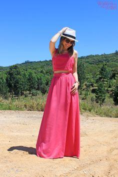 Look vestido longo rosa com recortes chapéu panamá