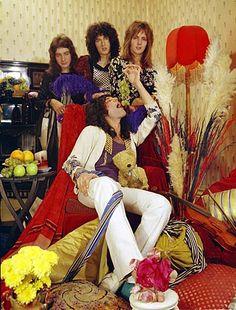 John Richard Deacon, Farrokh Bulsara, Brian Harold May, Roger Meddows Taylor Queen Freddie Mercury, Brian May, John Deacon, Flash Gordon, Save The Queen, I Am A Queen, Hard Rock, Queen Banda, Queen Drummer