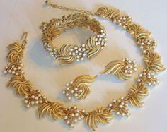 Vintage trifari bracelet and earrings Dubai Gold Jewelry, Gold Jewelry Simple, Indian Wedding Jewelry, Gold Jewellery Design, Bridal Jewelry, Bridal Necklace, Silver Jewelry, Gold Necklace, Gold Earrings Designs