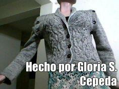 Hecho por Gloria S. Cepeda (courtesy of @Pinstamatic http://pinstamatic.com).  Saco tejido en 2 agujas, con mezcla de lanas una gris oscura y otra gris claro, se le pueden quitar las mangas.