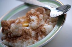 Opskrift på risengrød. TIlbered hurtigt risengrøden om morgenen og lad den blive færdig under dynen i løbet af dagen - perfekt til hurtig aftensmad