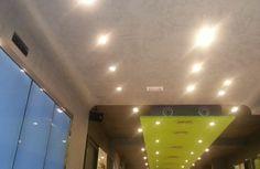 Ladendesign! Decke und Wände mit feiner Kalkspachteltechnik in Naturtönen. Der vordere Ladenbereich hell, der hintere Bereich in graubraun. Der Hammer: Das grün des Deckenelementes und das blau der Schrankverkleidung. Geniale Farbkombination! http://www.malerische-wohnideen.de/blog/interessante-designs-entdeckt-in-barcelona.html