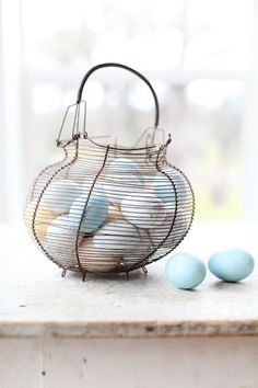 DIY: natural colored eggs in a metal basket| Easter egg . Osterei . œuf de Pâques | @ mariaemb. |