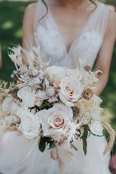 A boho bridal bouquet full of fresh and dry flowers in warm, neutral shades. Photo: @annajoyphotography Boho Wedding, Wedding Blog, Wedding Flowers, Dried Flowers, Instagram Feed, Flower Arrangements, Floral Wreath, Bridal, Elegant